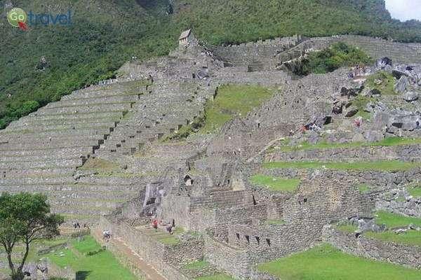 שרידי העיר מאצ'ו פיצ'ו המוקפת הרים וג'ונגלים   (צילום: אביב וייס)