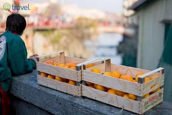 מארב תפוזים על הגשר... (צילום: Luca Moglia)