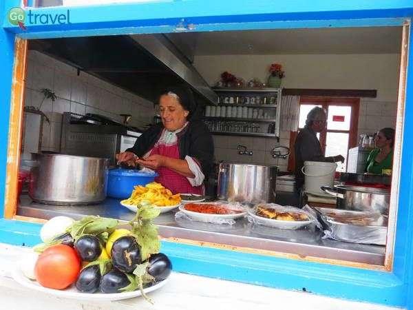 טבחית מקומית בכפר אולימפוס, קרפאתוס  (צילום: כרמית וייס)