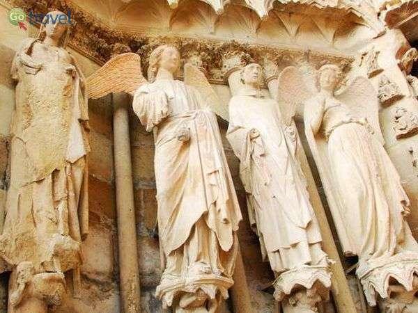 מימין המלאך המחייך בקתדרלה של ריימס (צילום: כרמית וייס)