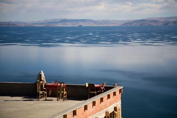 על גג העולם. מסעדה באי המשקיפה על אגם טיטיקקה (צילום: Szymon Kochanski)