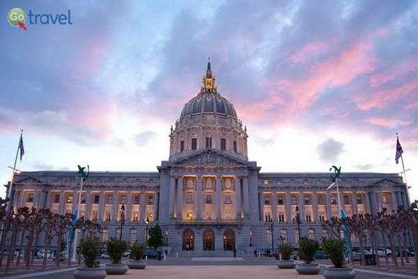 בניין העירייה במרכז האזרחי  (צילום: Sergio Ruiz)