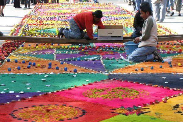השטיחים מוכנים על ידי משפחות פרטיות, בעלי עסקים, התאגדות של בני אותו הרחוב ועוד (צילום: Roberto Urrea)