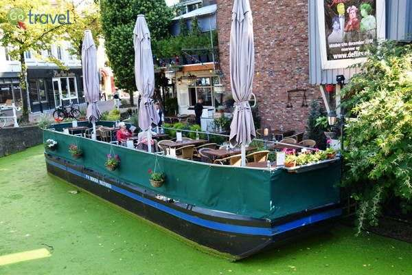 סירה שהפכה לבית קפה  (צילום: כרמית וייס)