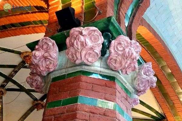 פרחים מעטרים את עמודי הפלאו (צילום: נטע קלימי)