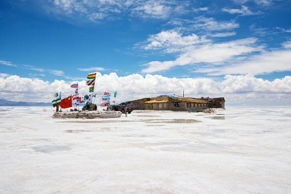 """""""מלון המלח"""" באמצע המדבר (צילום: Nico Kaiser)"""