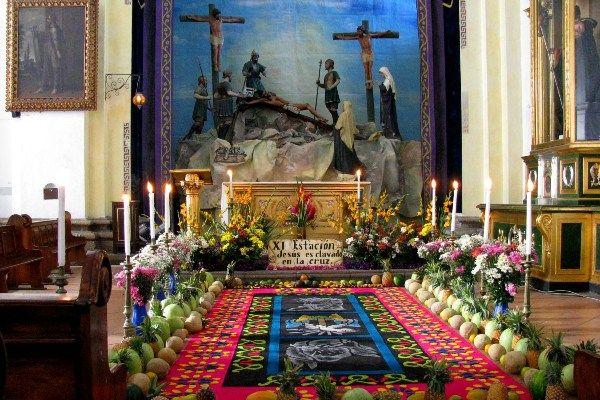 בתוך הקתדרלה באנטיגואה במהלך השבוע הקדוש (צילום: Roberto Urrea)