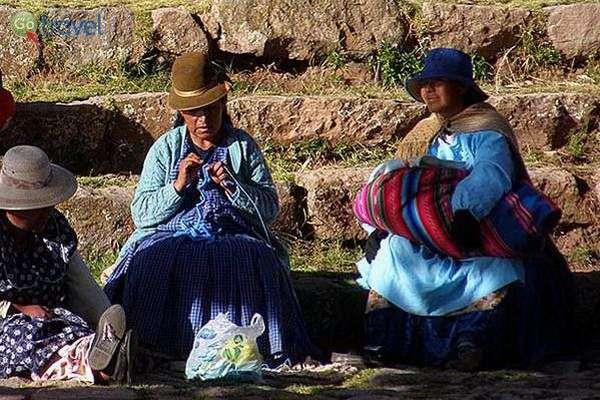 נשים מתעדכנות בחדשות החמות מהעיר (צילום: אמיר גור)