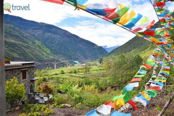 דגלי תפילה בודהיסטים בכל מקום  (צילום: כרמית וייס)
