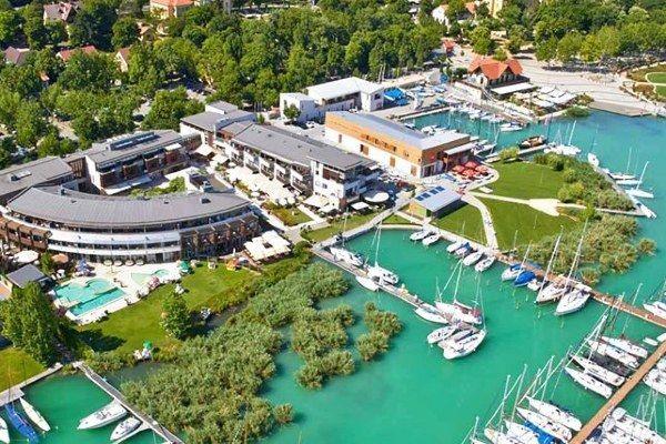 הנמל בעיירה בלטון פורד לחופי האגם (צילום: Benlovas)