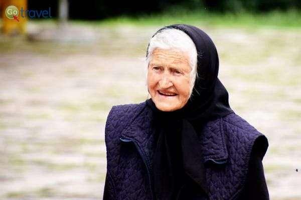 זקנה בלבוש מסורתי  (צילום: כרמית וייס)