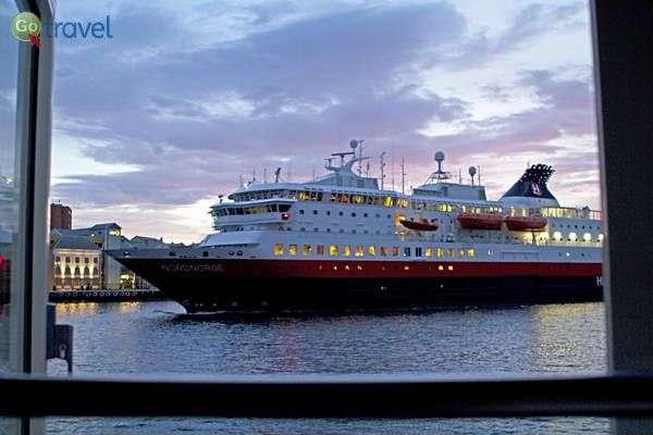 ספינה חולפת מול חלון חדרנו (צילום: נורית פרח)