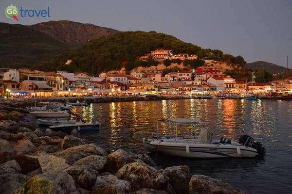אורות העיר משתקפים במי המפרץ  (צילום: כרמית וייס)