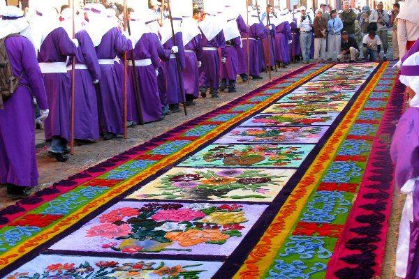 שטיחים צבעוניים בתהלוכות השבוע הקדוש באנטיגואה (צילום: Roberto Urrea)