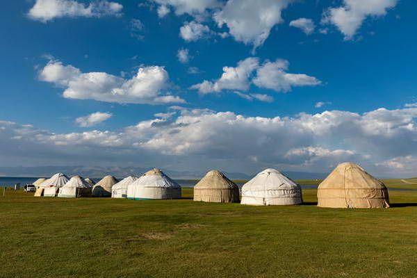 יורטות - אוהלי הקיץ של משפחות הרועים   (צילום: Ninara)