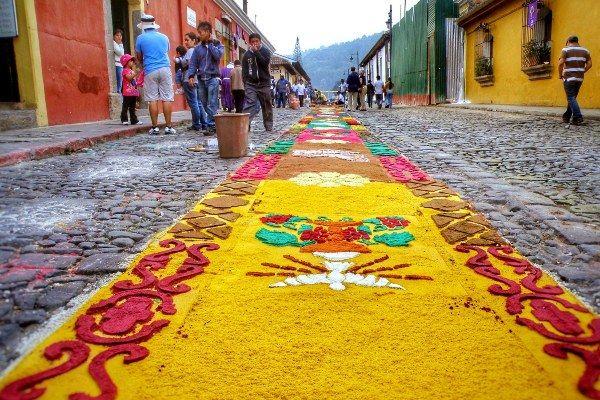 שטיחי רחוב רבים מפארים את העיר במהלך השבוע הקדוש (צילום: Dennis Sylvester Hurd)