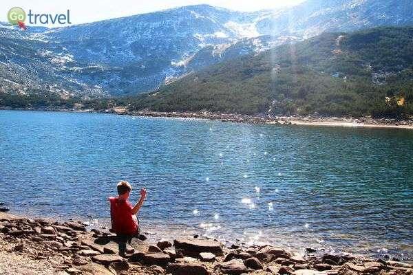 אגם צלול ושלג בהרי פירין  (צילום: כרמית וייס)