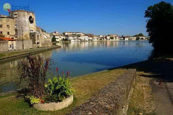 תעלת דו-מידי בעיר קסלנאודרי  (צילום: Aubry Françon)