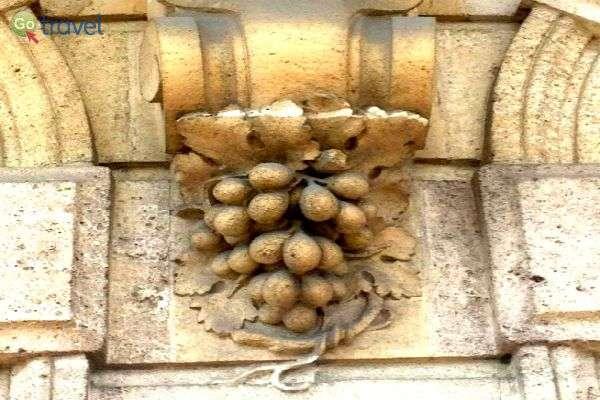 עיטור על בית סוחר יין בסנט אמיליון, בורדו (צילום: יעל הרמלין)