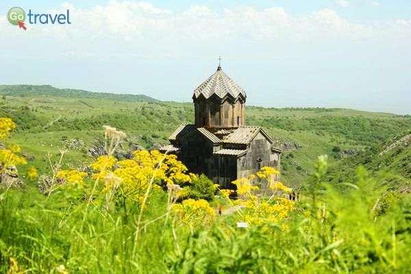 כנסיה במבצר אמברד, למרגלות פסגת רכס ארגטס, ההר הגבוה ביותר בארמניה   (צילום: גלעד תלם)