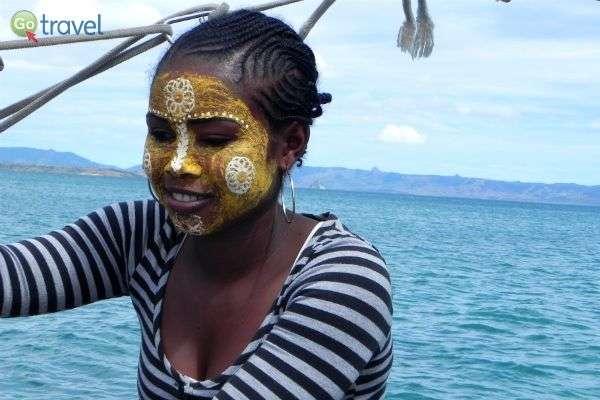 נשות מדגסקר צובעות את פניהן (צילום: רונית הרשקוביץ)