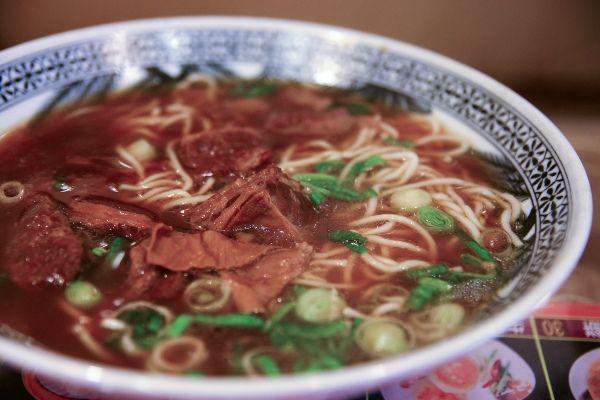 אחת המנות האהובות - מרק בשר עם נודלס (צילום: Joanne Wan)