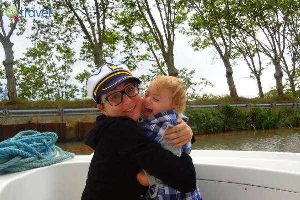 הכותבת ובנה אדם בן השנתיים - הקפטן האמיתי של הסירה!