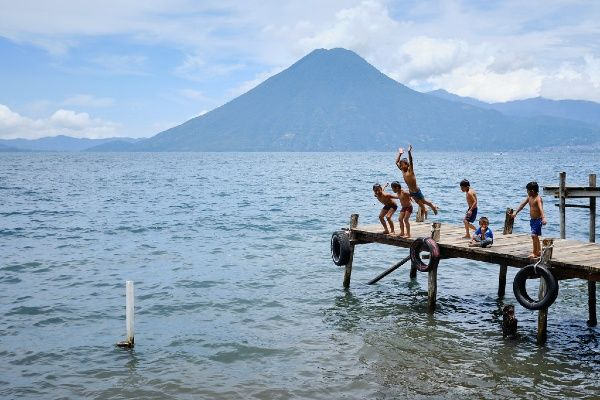 ילדים משחקים באגם אטיטלן (צילום: John Peltier)