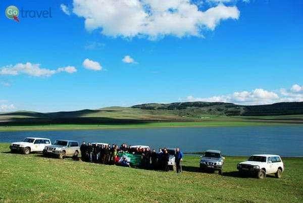 הקבוצה והג'יפים על שפת אגם לא רחוק מגורי  (צילום: גלעד תלם)