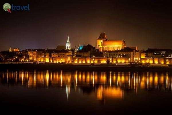 אורות העיר טורון משתקפים בנהר הוויסלה  (צילום: Kamil Porembiński)