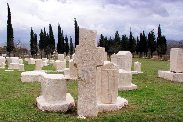 קברים עתיקים בעיר המתים של רדימליה (צילום: JYB Devot)