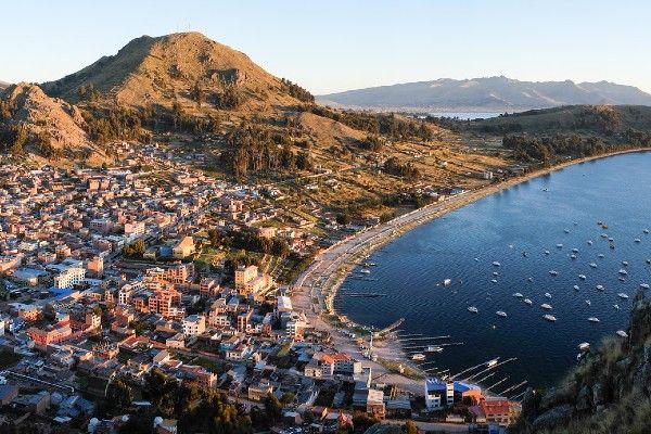 העיירה קופקבנה על שפת אגם טיטיקקה (צילום: Christopher Crouzet)