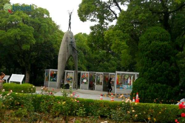 אנדרטת הילדים בגן השלום ועגורי הנייר (צילום: איריס לוין)