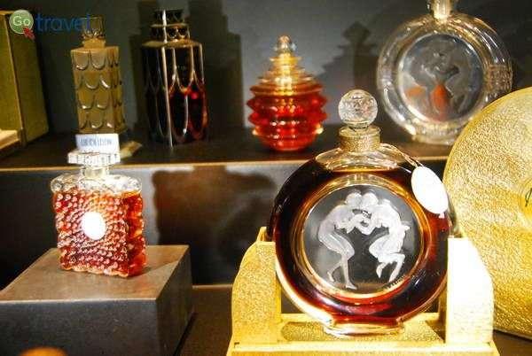 בקבוקי בושם מעוצבים במוזיאון לאליק (צילום: כרמית וייס)