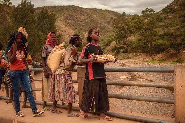 נשות שבט הקונסו בשגרת יומן (צילום: Rod Waddington)