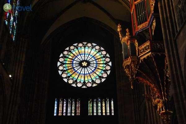 עוגב וחלון רוזטה בקתדרלה של שטרסבורג (צילום: כרמית וייס)