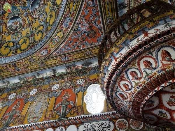 ציורי קיר במסגד בעיר טטובה (צילום:  Adam Jones)