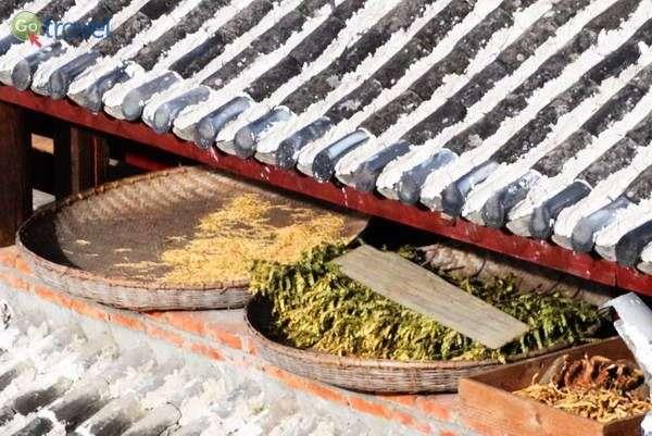 מאחסנים את התוצרת בעליית הגג  (צילום: כרמית וייס)