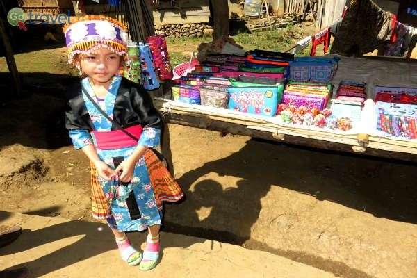 ילדה בבגדים מסורתיים מוכרת עבודות מעשה ידי אמה (צילום: ליאור מורג)