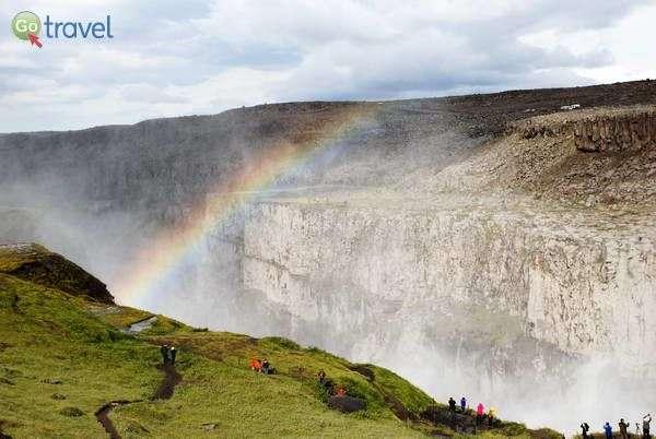 תצפית על אחד המפלים הרבים של איסלנד (צילום: ארנון רומן)