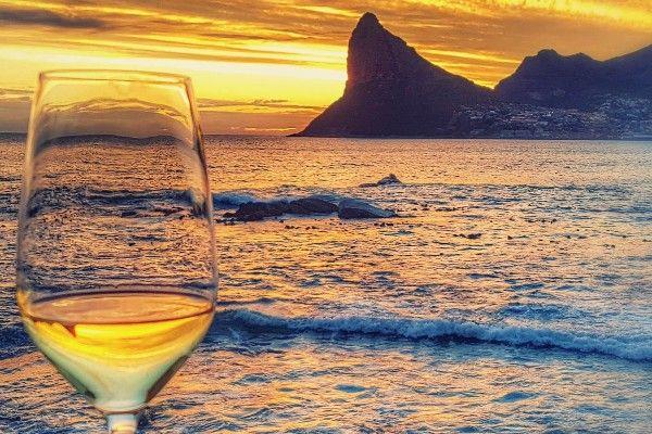 אין כמו כוס יין מקומי בשקיעה (צילום: traveldudes)