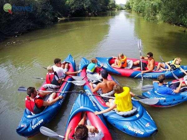 קייאקים על נהר אולט בלב טרנסילבניה  (צילום: עומר בריקמן)