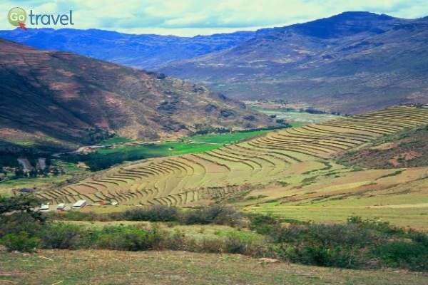"""עמק הנהר הקדוש המתפרש בין ההרים (צילום: ד""""ר רמי דברת)"""