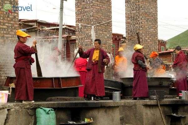 בישול בסירי ענק, עיר הנזירים סדה (צילום: יובל לוי)