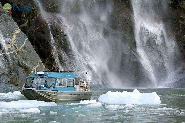הפלגה לאורך נהר הקרח (צילום: עופר גלמונד)