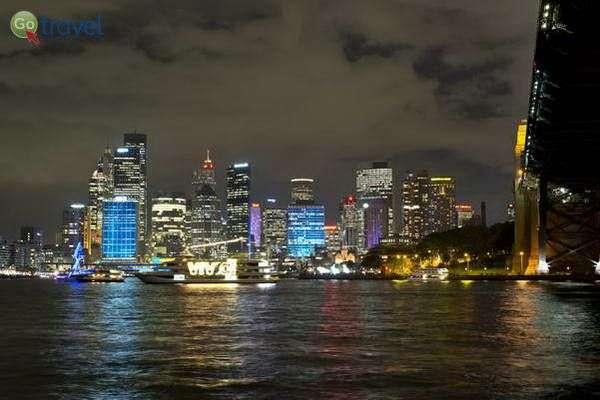 בלילה העיר מוארת בשלל צבעים  (צילום: Steve Collis)