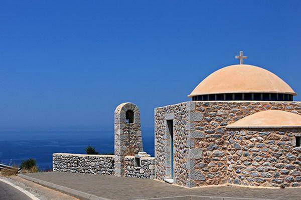 כנסייה אורתודוקסית משקיפה לים  (צילום: Christos Loufopoulos)