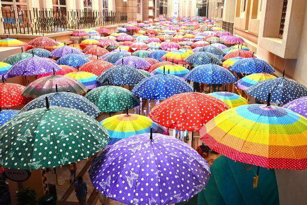 """תקרת המטריות בקניון """"דובאי מול"""" (צילום: charlemagne)"""