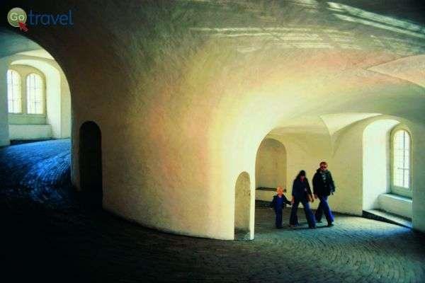 הטיפוס במעלה המגדל העגול (צילום: Rundetar Erling Madelmann)