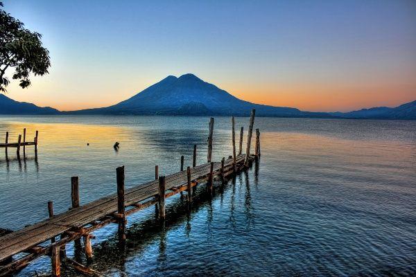 אגם אטיטלן וברקע הר הגעש טולימן (צילום: Daniel Mennerich)